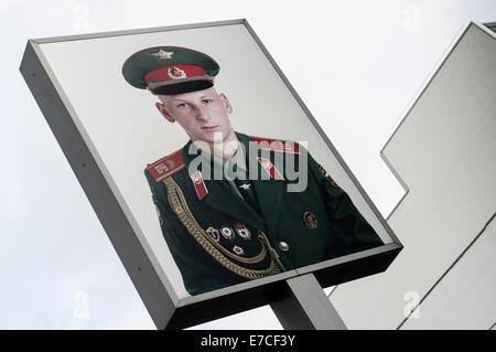 Porträt eines russischen Soldaten am Checkpoint Charlie in Berlin, Deutschland - Stockfoto
