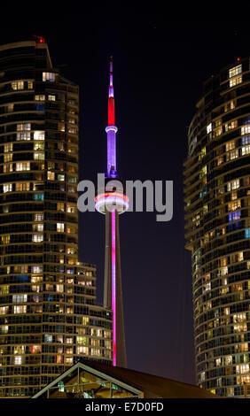 CN Tower zwischen zwei Eigentumswohnungen in der Nacht - Stockfoto