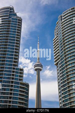 Blick auf den CN Tower zwischen zwei Eigentumswohnungen in der Innenstadt von Toronto, Kanada - Stockfoto