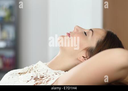 Seitenansicht einer Frau entspannen und schlafen auf der Couch zu Hause - Stockfoto