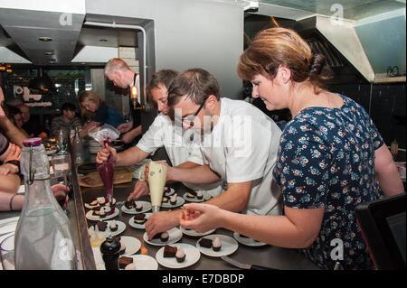 Brighton, UK. 14. Sep, 2014. [2. R] Küchenchef Jimmy Grey [Jeremys Restaurant] verleiht eine Hand zu [3. von R] - Stockfoto