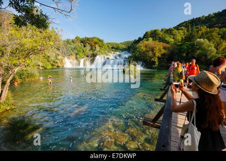 Touristen auf der Brücke in Nationalpark Krka, Kroatien - Stockfoto