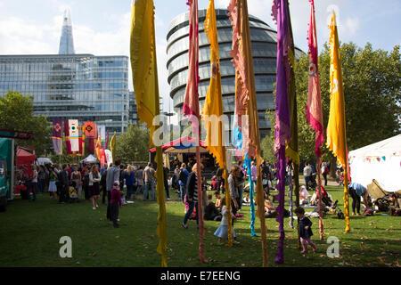 Menschen sammeln sich hängen, Bands anhören und andere Aktivitäten im Blue Ribbon Village. Thames Festival London - Stockfoto