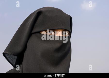 Ein Porträt einer muslimischen Frau gekleidet in traditionellen schwarzen Tschador, Mumbai, Maharashtra, Indien Stockfoto