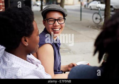 Frauen reden über Stadt Straße - Stockfoto