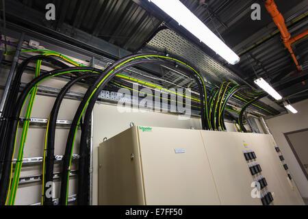 Elektrische Verkabelung Boxen im Technikraum. - Stockfoto
