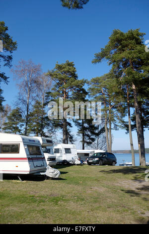 Wohnmobil und Wohnwagen einer Linie in Örnäs Campingplatz, Åmål, Schweden - Stockfoto