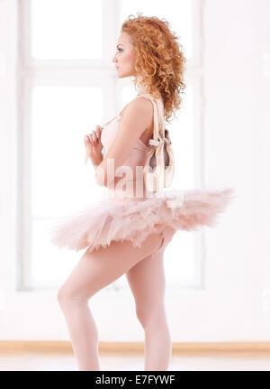Blonde Ballerina mit Pointe und rosa Tutu. - Stockfoto