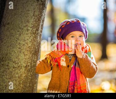 Glückliche kleine Mädchen spielen im Herbst park - Stockfoto