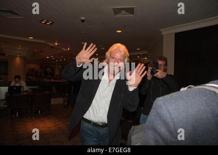 Richard Branson feiert eine Viertel von 1 Milliarde Pfund für wohltätige Zwecke durch London-Marathon-Läufer in - Stockfoto