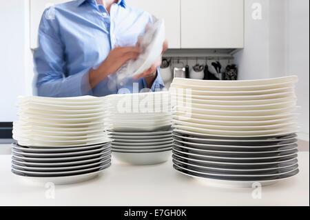 Mann in der Küche, den Abwasch erledigt - Stockfoto