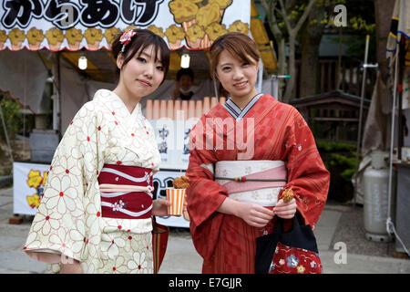 Junge Japanerinnen mit Kimono, Mädchen tragen Yutaka, weibliche Tracht gekleidet. Maruyama-Koen Park, Kyoto, Japan, - Stockfoto