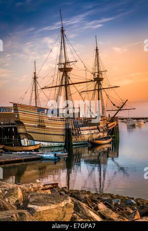 Die Sonne geht über die Mayflower II, eine Nachbildung des 17. Jahrhunderts Mayflower vertäut an State Pier in Plymouth, - Stockfoto