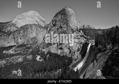 Nevada Fall und die Granit-Kuppel des Liberty Deckelung der Nebel Trail, Yosemite-Nationalpark, Kalifornien, USA - Stockfoto