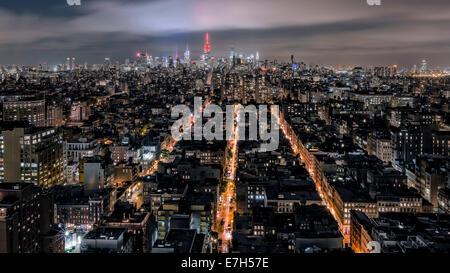 Luftaufnahme von New York City Midtown mit Empire State Building leuchtet rot. - Stockfoto