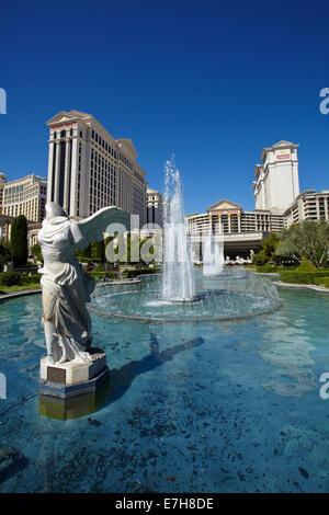 """Winged Sieg von Samothrace"" Replikat Statue und The Fountains, Caesars Palace Hotel und Casino, Las Vegas, Nevada, - Stockfoto"