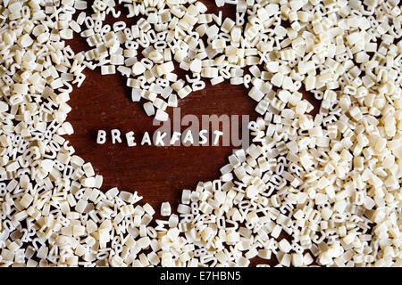 Frühstück Zeichen aus Buchstaben Nudeln in Form von Herzen - Stockfoto