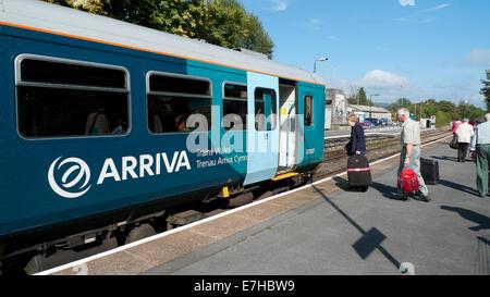 Ältere Passagiere mit Gepäck einen Arriva-Zug bei Llandeilo einsteigen Bahnhof Carmarthenshire, South Wales UK KATHY - Stockfoto