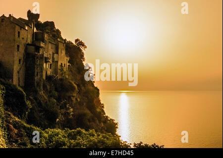 Europa, Frankreich, Korsika, Haute Corse, Cap Corse. Nonza bei Sonnenuntergang. - Stockfoto