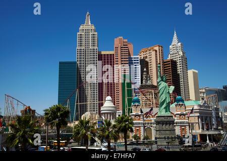 Replik der Freiheitsstatue und Achterbahn auf äußere des New York-New York Hotel and Casino, Las Vegas, Nevada, - Stockfoto