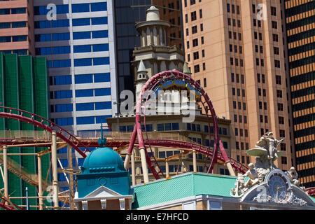 Achterbahn auf äußere des New York-New York Hotel and Casino, Las Vegas, Nevada, USA - Stockfoto