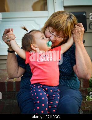 Baby und Großmutter Spaß - Stockfoto
