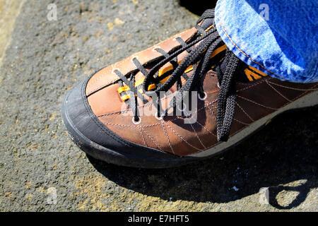 Nahaufnahme des Mannes zu Fuß Freizeitschuh. - Stockfoto