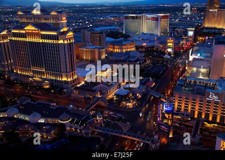 Caesars Palace und Strip, gesehen vom Eiffelturm Replik im Paris Hotel and Casino, Las Vegas, Nevada, USA - Stockfoto