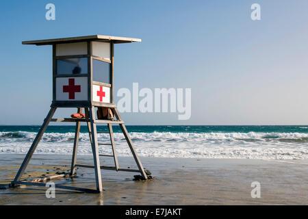 Rettungsschwimmer-Turm von Cruz Roja, das spanische rote Kreuz auf dem Strand von Maspalomas, Playa del Ingles, - Stockfoto