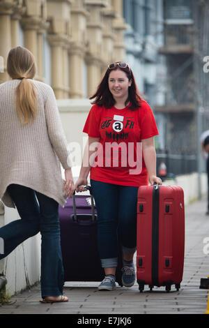 """Aberystwyth Wales UK, Freitag, 19. September 2014 zu Beginn des Schuljahres 2014 / 15 kommt ein """"frischer"""" Frau - Stockfoto"""