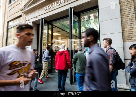 New York, USA. 19. September 2014. Massen von New Yorkern außerhalb des Soho Apple Store für die Veröffentlichung - Stockfoto