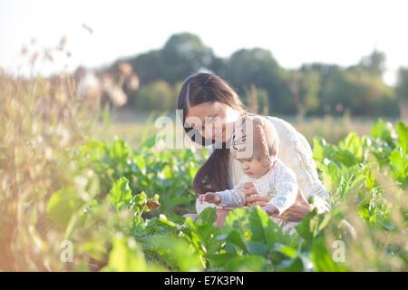 Mutter und Kind im Feld - Stockfoto