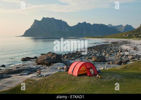 Camping am Strand Uttakleiv auf den Lofoten, Norwegen - Stockfoto