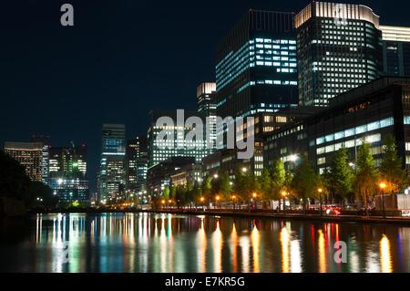 Die Lichter der Stadt Tokio spiegeln aus dem Wasser. - Stockfoto