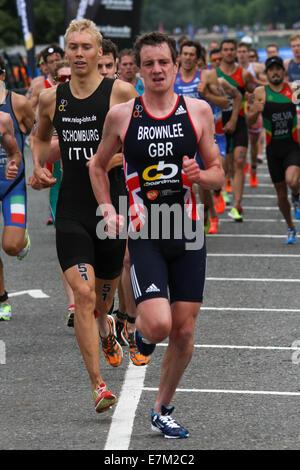 Alistair Brownlee ausgeführt, um während der ITU Triathlon 2014 beenden fand in London statt. - Stockfoto