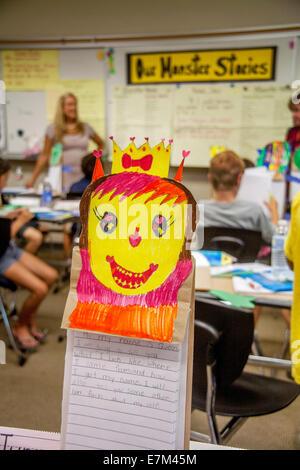 """Nach einer schriftlichen Auftrag von """"Our Monsterserie"""" erstellen multirassische Grundschüler in Irvine, CA, humorvolle - Stockfoto"""