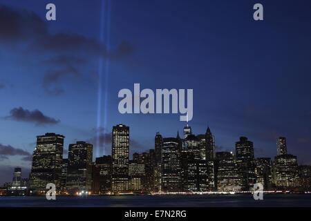 11. September 2014 angesehen Tribute in Light über den East River aus Brooklyn - Stockfoto