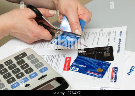 Frauenbeschneidung ihre Kreditkarte wegen Schulden - Stockfoto