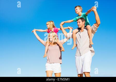 Glückliche gesunde Familie von vier Spaß am tropischen Strand - Stockfoto