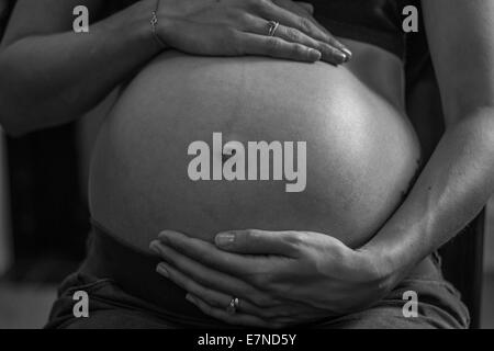 Frau, die schwanger Bauch - Stockfoto