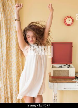 Porträt der Frau tanzt gerne im Zimmer - Stockfoto