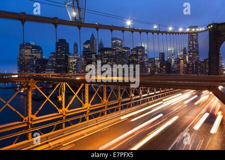 Pkw-Verkehr auf der Brooklyn Bridge in New York - USA - Stockfoto