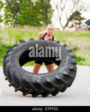 Fit Woman spiegeln Reifen im freien - Stockfoto