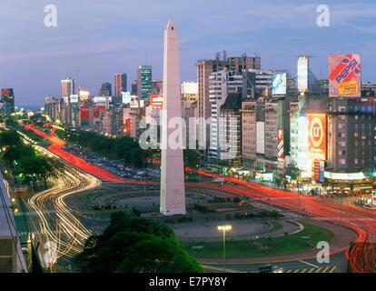 Avenida 9 de Julio in der Abenddämmerung in Buenos Aires mit Obelisk und Verkehr - Stockfoto
