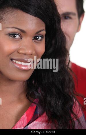 Junge afrikanische Frau lächelnd - Stockfoto