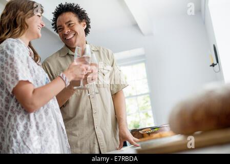Menschen mit frischen Nahrungsmitteln zu einer Familientabelle. - Stockfoto