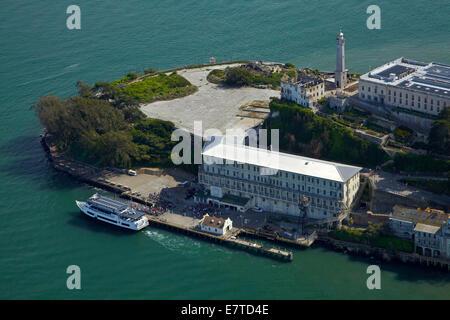 Touristen und Fähre, Alcatraz Island, ehemaligen Hochsicherheits-Gefängnis, San Francisco Bay, Kalifornien, USA - Stockfoto