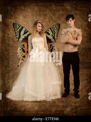 Hochzeitsbild, Braut und Bräutigam, mit Schmetterlingsflügeln Brautpaar einen nackten Oberkörper mit Tattoos, hält - Stockfoto