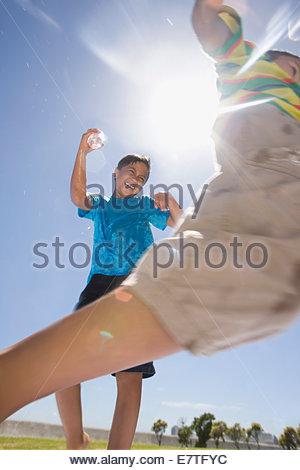 Jungs Spritzen Wasser einander im park - Stockfoto