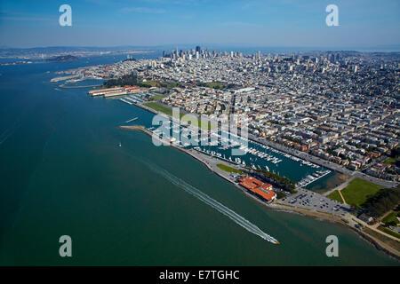 Marina von St. Francis Yacht Club und Golden Gate Yacht Club und Innenstadt von San Francisco, Kalifornien, USA - Stockfoto